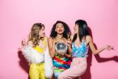 Fényképek vidám többnemzetiségű lányok pezsgővel és disco ball tánc rózsaszín