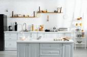 interiér kuchyně s nádobím na vaření, jídlem, mlékem a nádobím