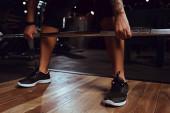 oříznutý pohled na africkou americkou sportovkyni cvičící s činkou