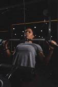 szelektív fókusz afro-amerikai lány tetoválás képzés tornaterem gép