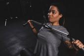 mladá africká americká dívka s tetování školení na tělocvičně stroje