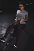 atletický africký americký dívka s tetování cvičení v tělocvičně