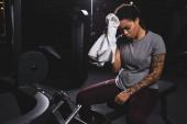 fáradt afro-amerikai lány tetoválás törlőkendő verejték törölköző