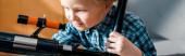 panoráma felvétel okos gyermek nézi a teleszkóp