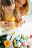felső nézet a gyerek festészet húsvéti tojás közelében anya