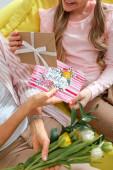 Fotografie oříznutý pohled na dítě dávat dárky mamince v den matek