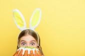 sokkos gyerek nyuszifül borító arc húsvéti torta elszigetelt sárga
