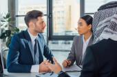 Multikulturelle Geschäftspartner besprechen Vertrag über Treffen mit Übersetzer im Büro