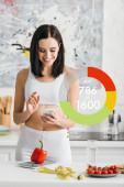 Usmívající se sportovkyně pomocí smartphonu v blízkosti měřicí pásky, zeleniny a váhy na kuchyňském stole, kalorie počítání ilustrace