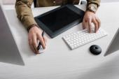 Vágott kilátás 3D-s művész számítógépes egér és billentyűzet közelében grafikus tabletta az asztalon