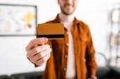 Fényképek Szelektív fókusz mosolygó digitális tervező kezében hitelkártya az irodában