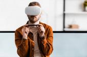 3D-s vizualizáló segítségével virtuális valóság headset és gazdaság stylus grafika tabletta közelében számítógép monitorok irodában