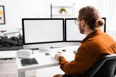 Vissza nézet a 3D-s művész teszi 3D-s projekt számítógépek asztalnál az irodában