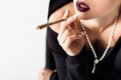 Fotografie Ausgeschnittener Blick auf sexy Nonne, die Marihuana-Joint raucht