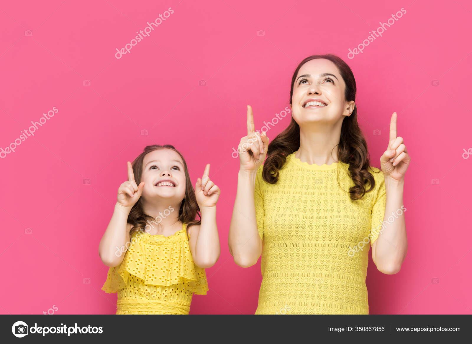 Glückliche Mutter Und Kind Zeigen Mit Den Fingern Und