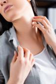 oříznutý pohled na ženu s alergií škrábání krku doma