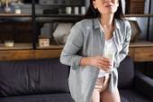 oříznutý pohled na ženu s intolerancí laktózy držící sklenici mléka