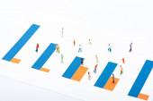 Hochwinkel-Ansicht von Graphen und Personen-Figuren isoliert auf Weiß, Konzept der Gleichberechtigung
