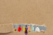 Fotografie Konzept sozialer Rechte mit Personenfiguren in der Nähe von Pappe mit isoliertem Loch auf grauer, panoramischer Aufnahme