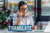 Fotografie lächelnder asiatischer Übersetzer, der online mit Headset und Laptop im Büro arbeitet, willkommene Übersetzungsillustration