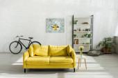 pohovka, kolo a stojan v moderním obývacím pokoji