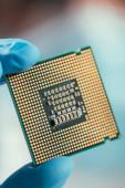 Fotografie Nahaufnahme eines Computer-Mikrochips in der Hand eines Ingenieurs
