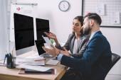 Selektivní zaměření analytiků dat při výpočtu rizik při práci s počítači a papíry v kanceláři