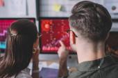 Fotografie Zpětný pohled datových analytiků pracujících na ochraně počítačových systémů v kanceláři