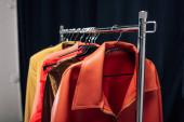 selektivní zaměření ramínka se stylovými bundami ve fotostudiu