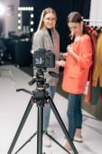 selektivní zaměření digitálního fotoaparátu se šťastným stylistou stojící s trendy modelem na obrazovce
