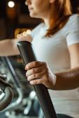 částečný pohled na dívku s nadváhou cvičení na krok stroj v tělocvičně