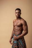 szexi meztelen törzsi afro férfi borított takaró pózol elszigetelt bézs