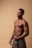 sexy nahé kmenové afro muž pokrytý dekou pózování izolované na béžové
