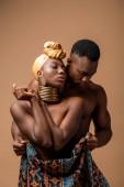 szexi meztelen törzsi afro nő borított takaró pózol közelében férfi elszigetelt bézs