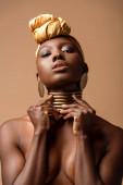 szexi meztelen törzsi afro nő pózol elszigetelt bézs
