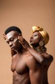 szexi meztelen törzsi afro pár pózol bézs
