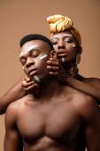 nahý kmen afro pár pózuje izolované na béžové