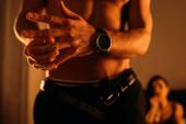 Szelektív fókusz a férfi leveszi jegygyűrű közelében sziluett a nő a hálószobában