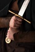 ostříhaný pohled na středověkého skotského válečníka s mečem v rukou