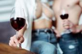 Sexy junges Paar trinkt Rotwein in der Küche
