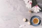 Káva s jarní květy