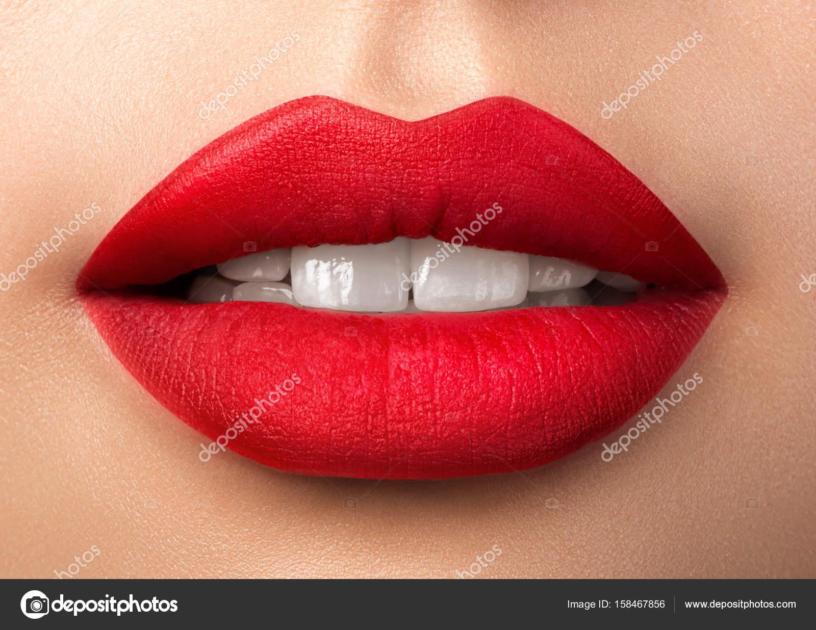 Nahaufnahme Der Schonen Frau Lippen Mit Rotem Lippenstift Matt