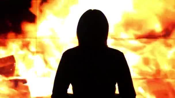 Silhouette einer Frau gegen ein virtuelles Feuer .