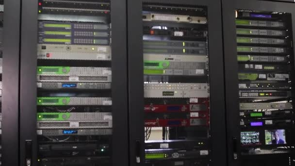 Serverraum. moderner Arbeitsraum mit Rack-Servern.