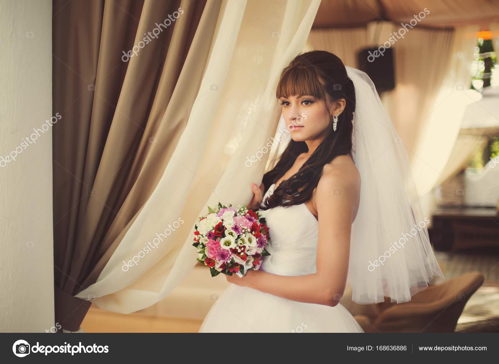 Wunderschöne Braut im Hochzeitskleid in Luxus-Interieur mit Diamant ...