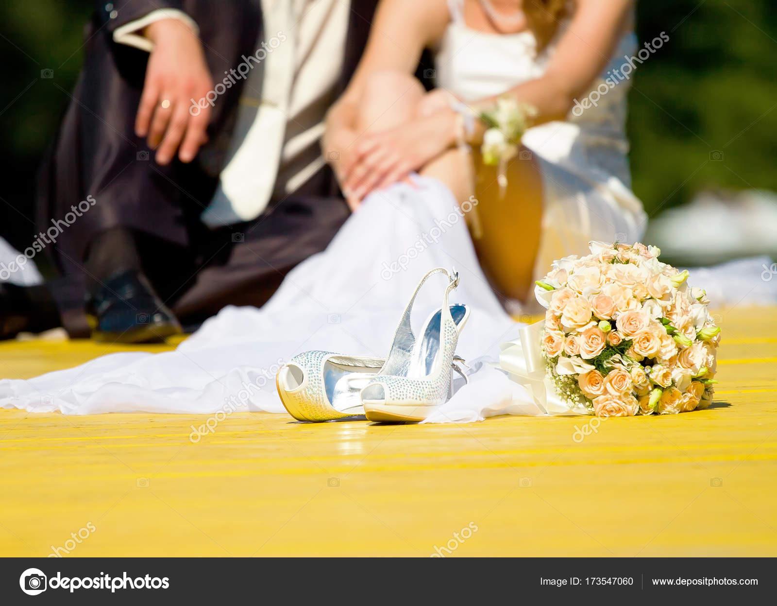 Hochzeitsschuhe Und Rose Bouquet Der Braut Und Des Paares In
