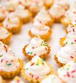 Fényképek kis házi süteményeket, a párt fehér krémmel