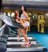 Fotografie junge sportliche Frauen laufen auf Computer in den Fitnessraum