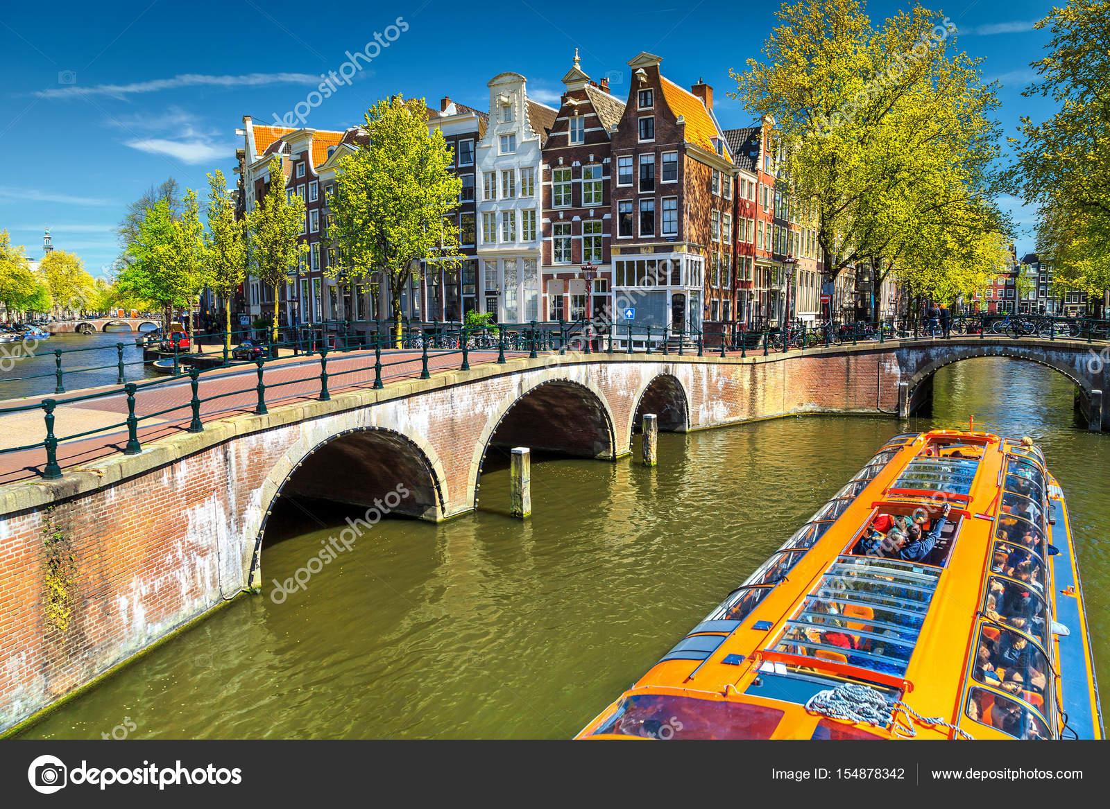 Tipici canali di amsterdam con ponti e barca variopinta for Foto di ponti coperti