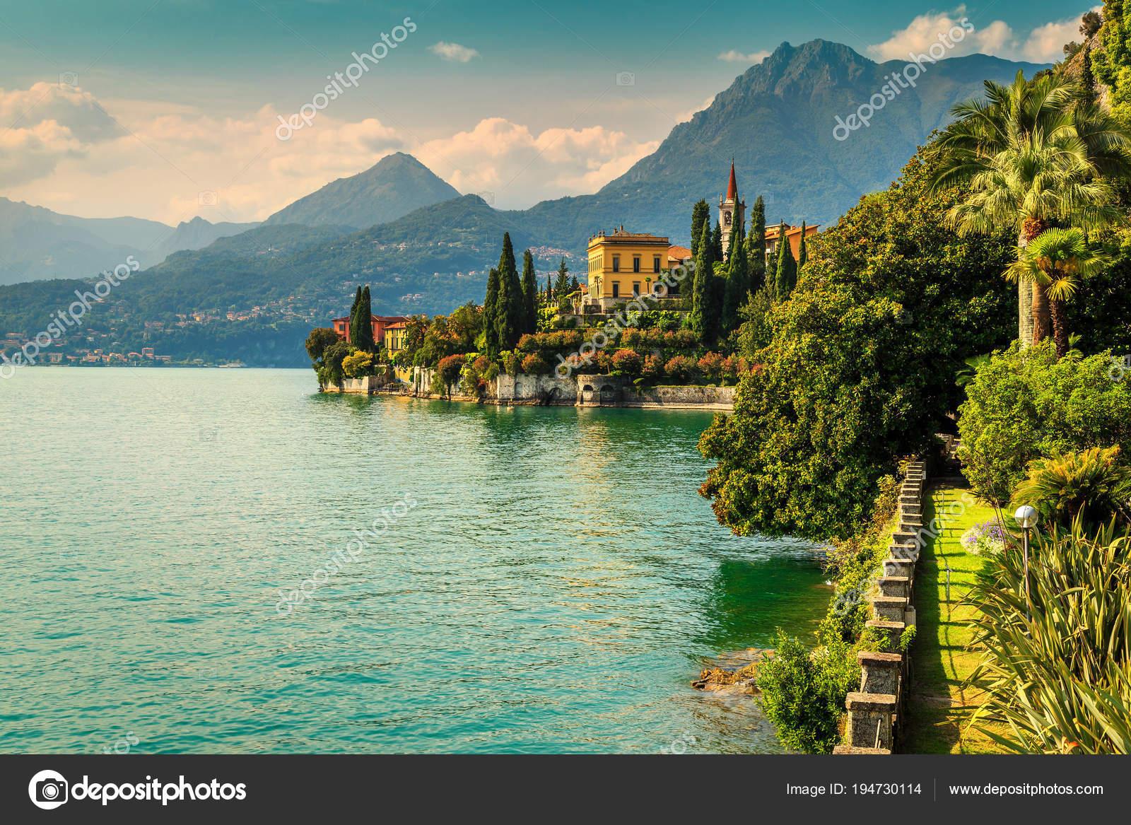 Jardin d\'ornement et villa Monastero en arrière-plan, lac de Côme ...